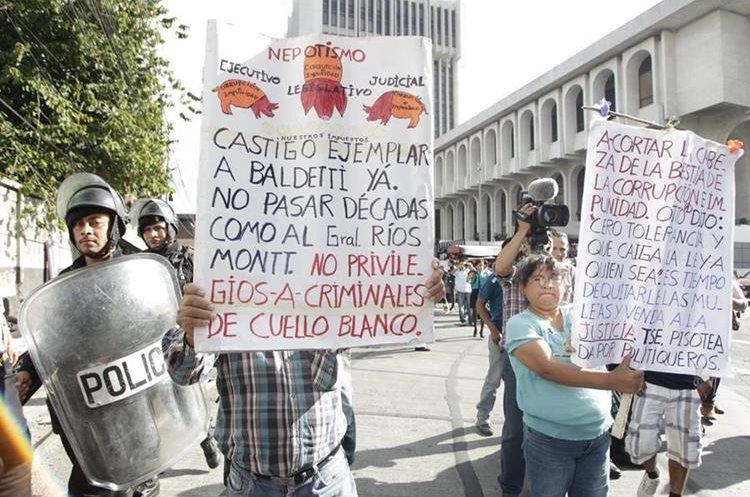Luego de la captura de Roxana Baldetti, sindicada pro varios casos de corrupción, personas particulares asistieron afuera de la Torre de Tribunales en el 2015 para manifestar contra la ex vicepresidenta. (Foto: HemerotecaPL)
