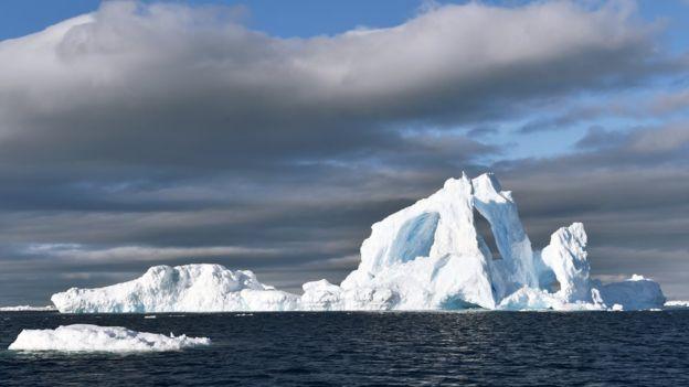 Cuanto más grande es el iceberg, más fácil es divisarlo a la distancia, y por ende menos peligroso. SPL