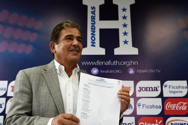 El colombiano Jorge Luis Pinto dio a conocer el listado de jugadores para el partido de repechaje rumbo al Mundial de Rusia. (Foto Prensa Libre: AFP).