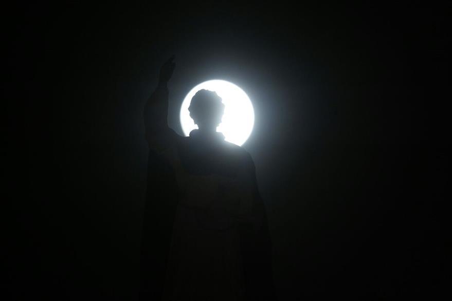 La superluna captada desde el Templo de Santo Domingo de Guzmán en la zona 1. (Foto Prensa Libre: Paulo Raquec)