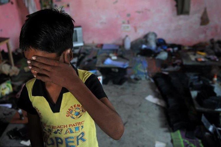 Un niño que trabaja en régimen de servidumbre en la India llora durante una operación de rescate efectuada por una organización a favor de los infantes. (Foto Prensa Libre: AFP).