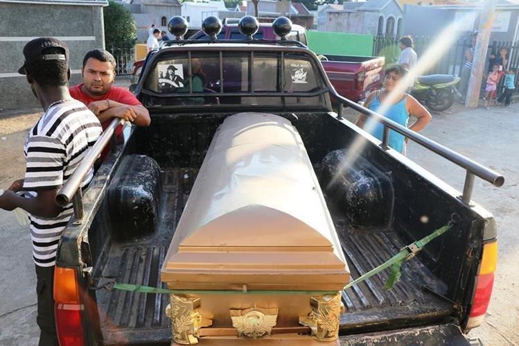 Familiares sacan el cadáver del niño de 10 años del hospital de Chiquimula. (Foto Prensa Libre: Mario Morales)