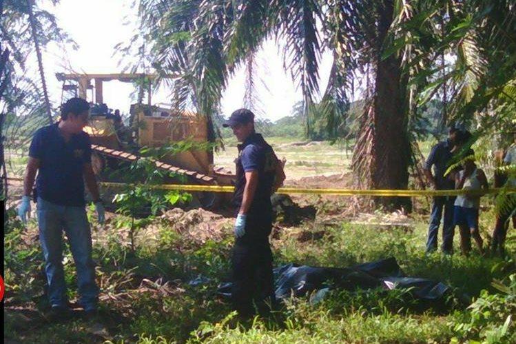 Cuerpo de la víctima fue hallado por trabajadores de la finca, quienes notificaron a los bomberos y a la Policía. (Foto Prensa Libre: Alexánder Coyoy)
