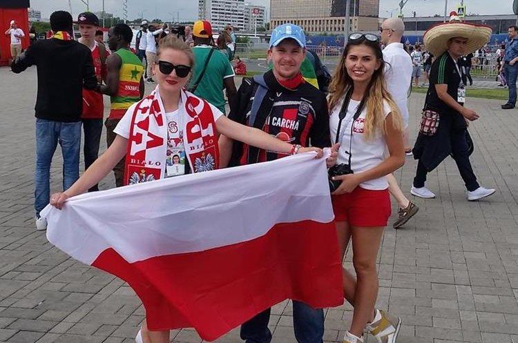 Andrey Byakin junto a dos aficionadas de la selección de Polonia. (Foto Prensa Libre: Cortesía Andrey Byakin)