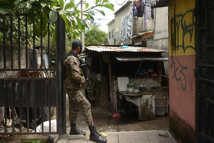 (Foto de referencia). Un soldado participa en un operativo contra pandilleros en San Salvador. (Foto Prensa Libre: AFP).