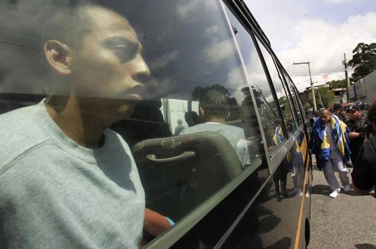 Los internos fueron trasladados en buses de la Policía Nacional Civil. (Foto Prensa Libre: Carlos Hernández)