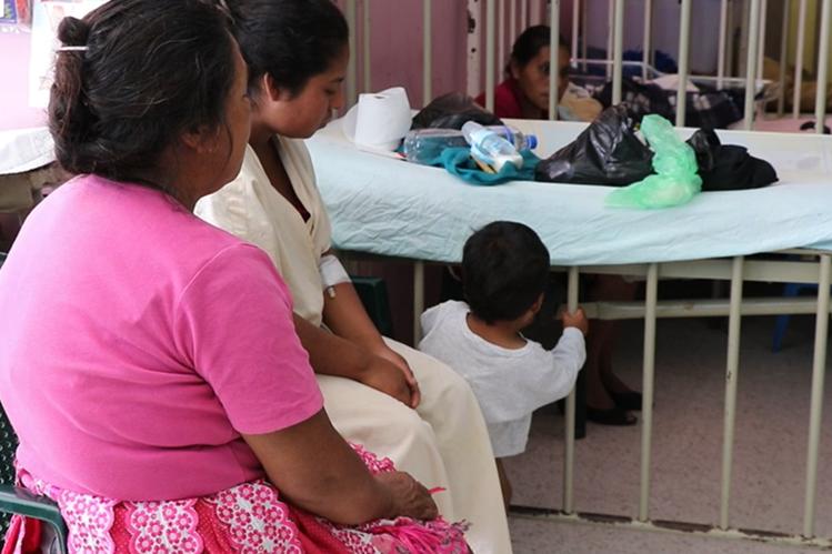 La mujer junto a su hijo permanece en el hospital, luego de que fuera agredida por delincuentes. (Foto Prensa Libre: Hugo Oliva)