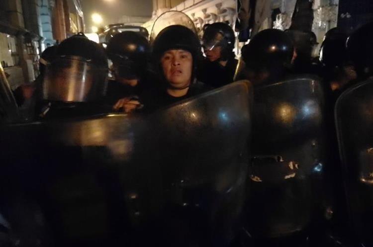 Las personas denunciaron que fueron golpeadas con macanas y también se les arrojó gas pimienta.