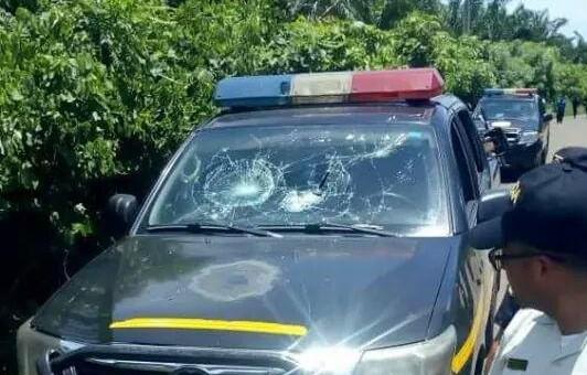 Una de las patrullas de la PNC fue dañada por los inconformes en Coatepeque. (Foto Prensa Libre: Alex Coyoy).