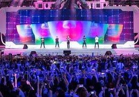 Un grupo de jóvenes durante una presentación de K-pop. (Foto Prensa Libre: AP)