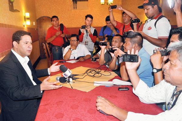 El diputado Álvaro Trujillo, representante del Congreso ante la Junta Monetaria, se reunió con periodistas de Coatepeque, Quetzaltenango. (Foto Prensa Libre: Édgar Octavio Girón)
