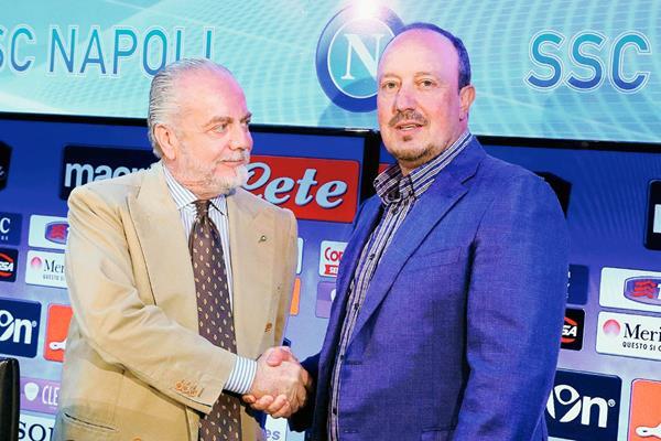 El presidente del Nápoli, Aurelio De Laurentiis, estrecha la mano de su entrenador, el español Rafa Benítez. (Foto Prensa Libre: EFE)