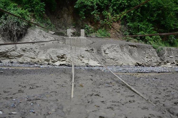 Cuando el río San Vicente, en El Solís, Cabañas, Zacapa, baja su caudal, en el lugar se acumulan grandes cantidades de lodo. (Foto Prensa Libre: Mario Morales)