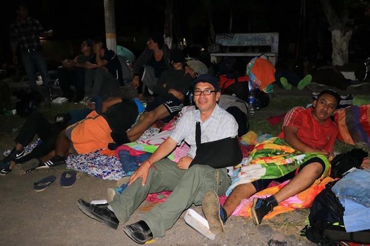 Juan Ernesto Bonilla, quien se alimenta con sonda, junto a un grupo de salvadoreños en el parque de Ciudad Pedro de Alvarado, Moyuta, Jutiapa. (Foto Prensa Libre: Enrique Paredes)