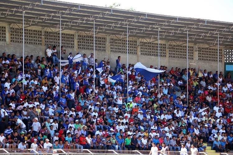 Miles de aficionados se hicieron presentes en el estadio Israel Barrios para ver el juego Suchi contra los rojos. (Foto Prensa Libre: Carlos Ventura).