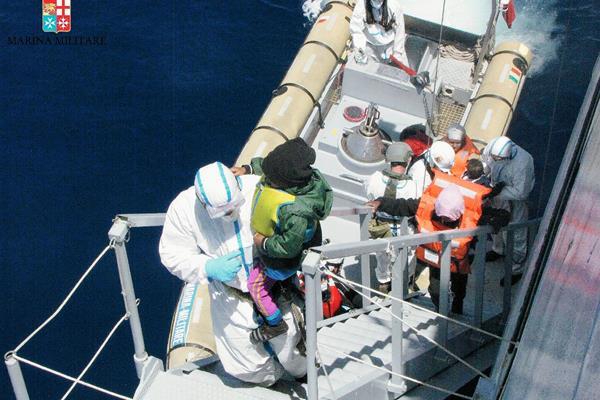 La  Armada italiana participa en  las operaciones de rescate de inmigrantes en el mar Mediterráneo. (Foto Prensa Libre:EFE)