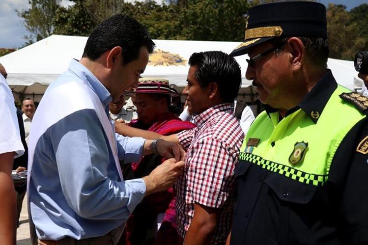 El presidente Jimmy Morales juramentó a los integrantes de las juntas de prevención de la violencia y el delito de Huehuetenango. (Foto Prensa Libre: Mike Castillo)