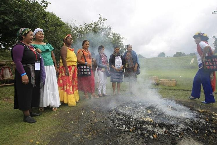 Con una ceremonia maya se inauguró el Séptimo Encuentro de Mujeres Indígenas de las Américas. (Foto Prensa Libre: Edwin Bercián)