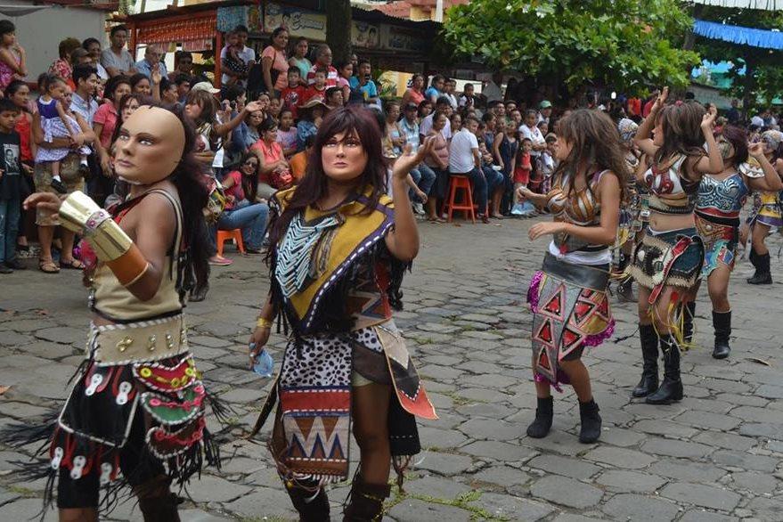 Estudiantes de la cabecera de Retalhuleu participan en desfile de Independencia. (Foto Prensa Libre: Jorge Tizol)