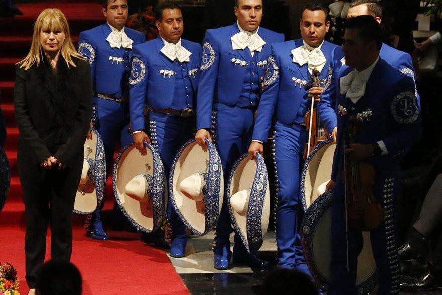 El Mariachi Gama Mil fue uno de los que rindió homenaje cantando al Divo de Juárez. (Foto Prensa Libre: AP)