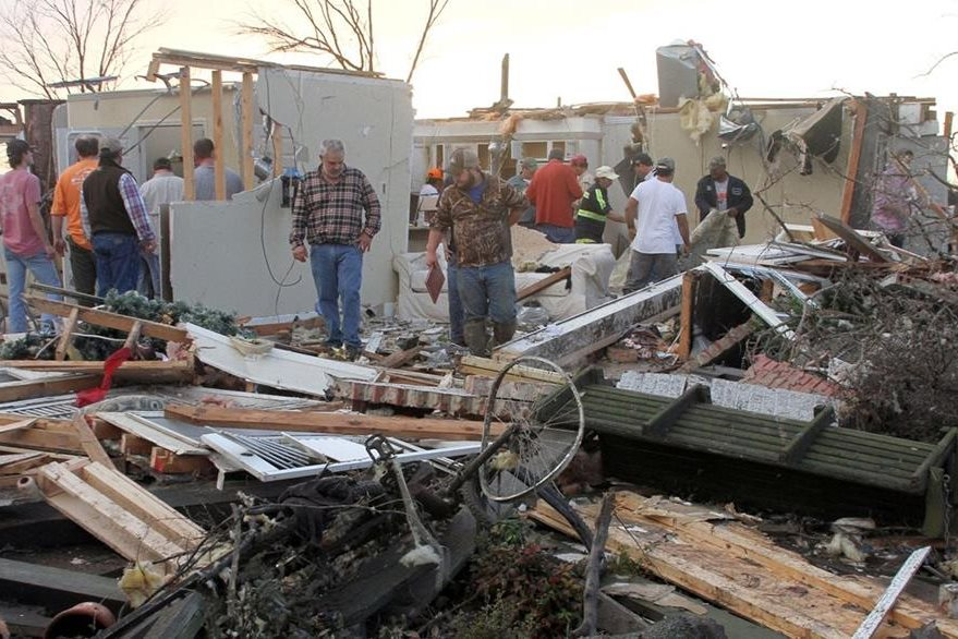 Muchas viviendas quedan destruidas por tornado. (AP)
