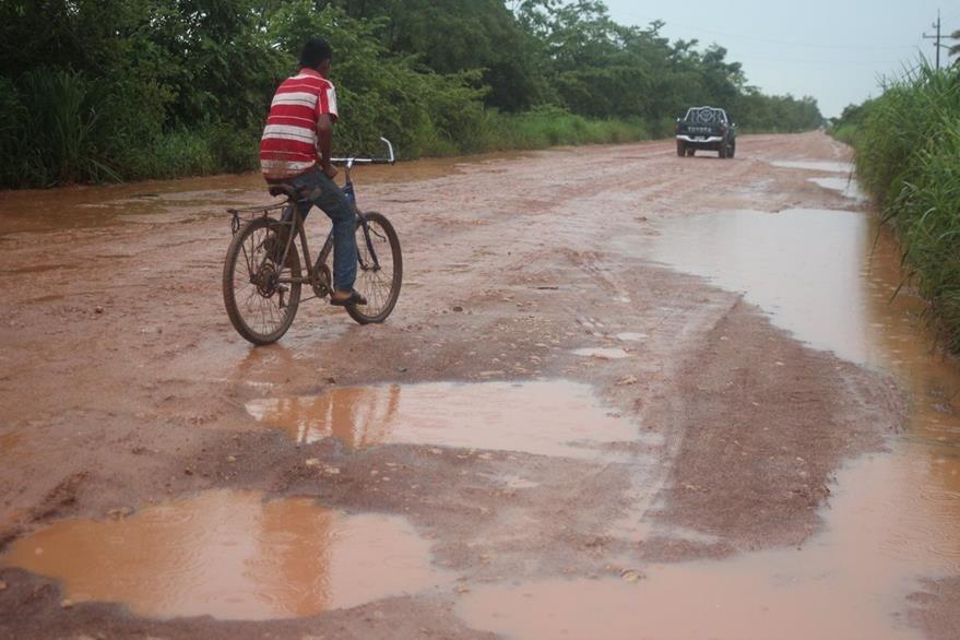 Uno de los pobladores afectados con el mal estado de la carretera que conduce a la frontera con México. (Foto Prensa Libre: Rigoberto Escobar)