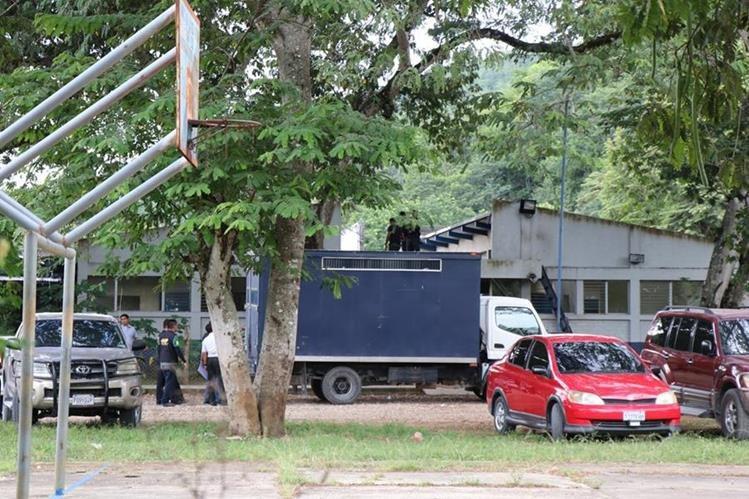 Vehículo del SP es atacado por desconocidos, que pretendían liberar a reo. (Foto Prensa Libre: Rigoberto Escobar)
