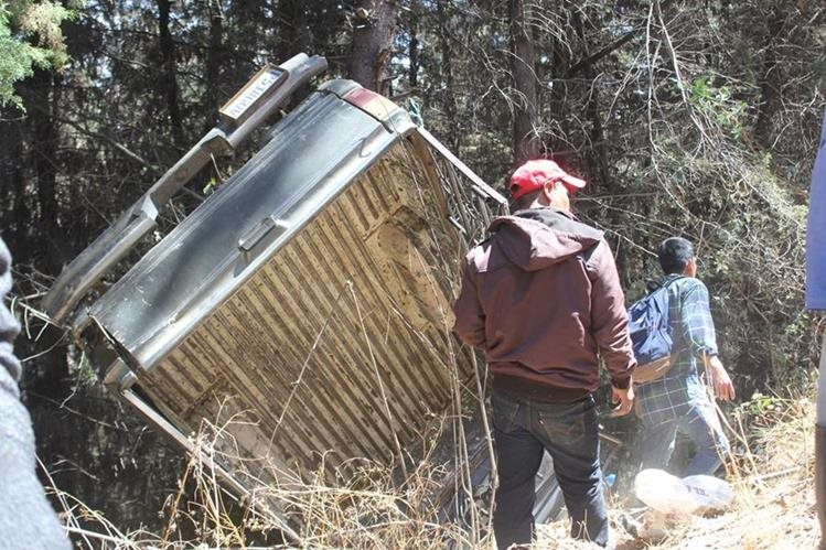 El picop dio vuelta luego de que el piloto perdiera el control. (Foto Prensa Libre: Fred Rivera)