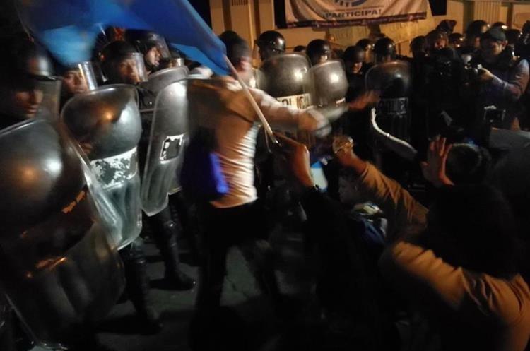 Algunos manifestantes pedían que no hubiera enfrentamiento entre policía y manifestantes.