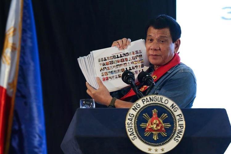 Duterte muestra fotografías de funcionarios y policías involucrados en el narcotráfico. (EFE).
