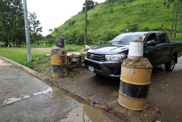 Vecinos de El Cafetal, Boca del Monte, colocaron bolardos en sus vías para restringir el transporte pesado. (Foto Prensa Libre: Carlos Hernández)