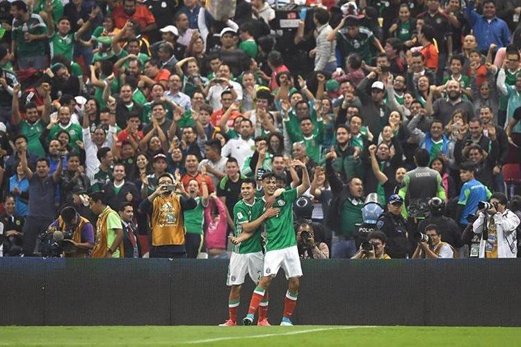 Así festejaron los jugadores mexicanos en el estadio Azteca. (Foto Prensa Libre: AFP)