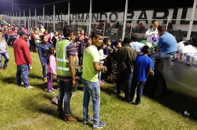 Brigadas de voluntarios apoyaron a las personas que fueron evacuadas.