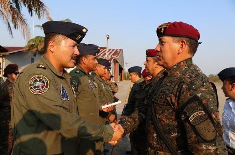 Erick Escobedo, subjefe del Estado Mayor de la Defensa – derecha-  saluda a un integrante de la Fuerza Aérea Mexicana. (Foto Prensa Libre: Rigoberto Escobar).