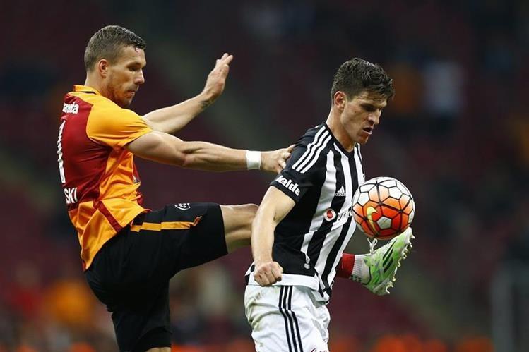 El alemán Lukas Podolski aportó el gol que le permitió al Galatasaray el título en el torneo de Copa. (Foto Prensa Libre: AFP)