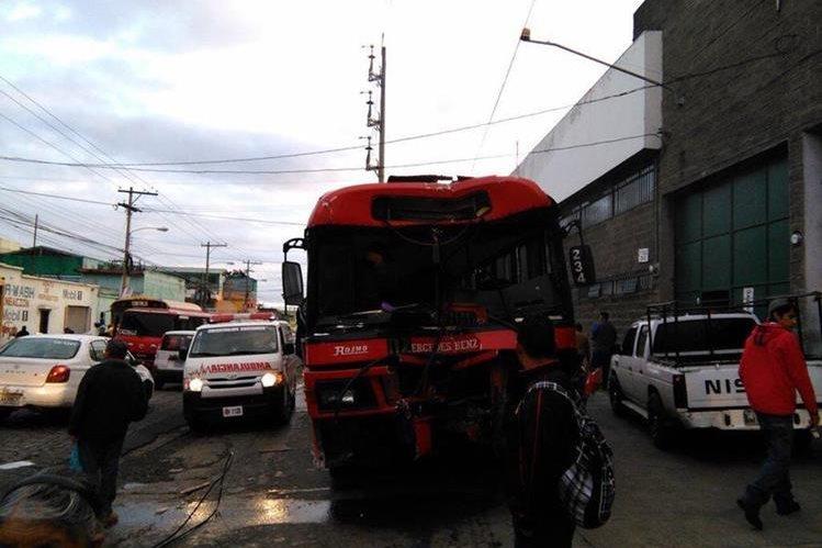Supuestos extorsionistas disparan contra bus de la ruta 77. El piloto y dos pasajeros resultaron heridos de bala, informaron los Bomberos Voluntarios. (Foto Prensa Libre: Bomberos Voluntarios)