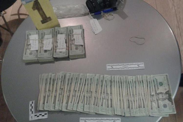 En el vehículo del agente fiscalÓscar Humberto Gómez Coronado, las autoridades encontraron varios dólares (Foto Prensa Libre).