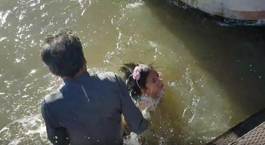 Un familiar de la niña se lanza al agua para rescatarla luego que un león marino la atrapó en Steveston, en Vancouver, Canadá. (Foto Prensa Libre: Youtube)