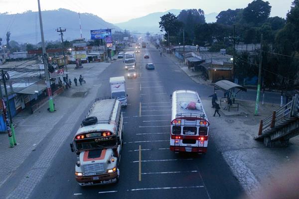 En el  km 51.2 de la ruta Interamericana, El Tejar, Chimaltenango, resultó herido un guardia de seguridad privada. (Foto Prensa Libre: Víctor Chamalé)