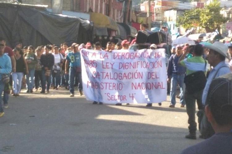 Docentes se manifiestan en La Mesilla, Huehuetenango