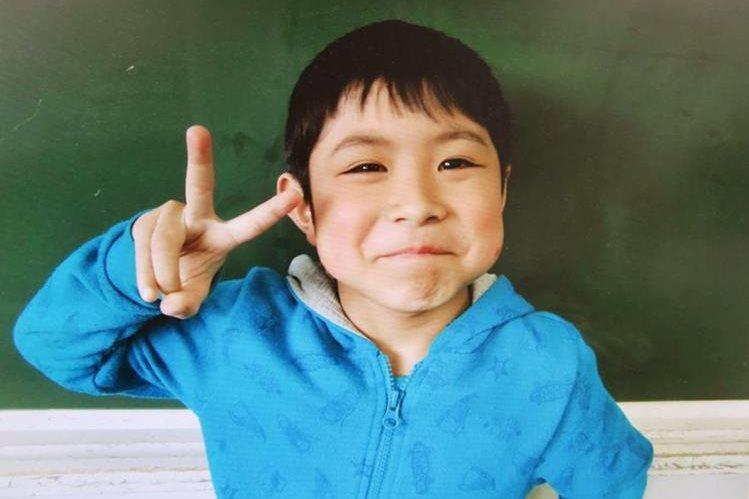 Yamato Tanooka, hace la señal de victoria, luego de haber sobrevivido seis días solo en un bosque japonés al ser abandonado por sus padres como un castigo. (Foto Prensa Libre: AP).