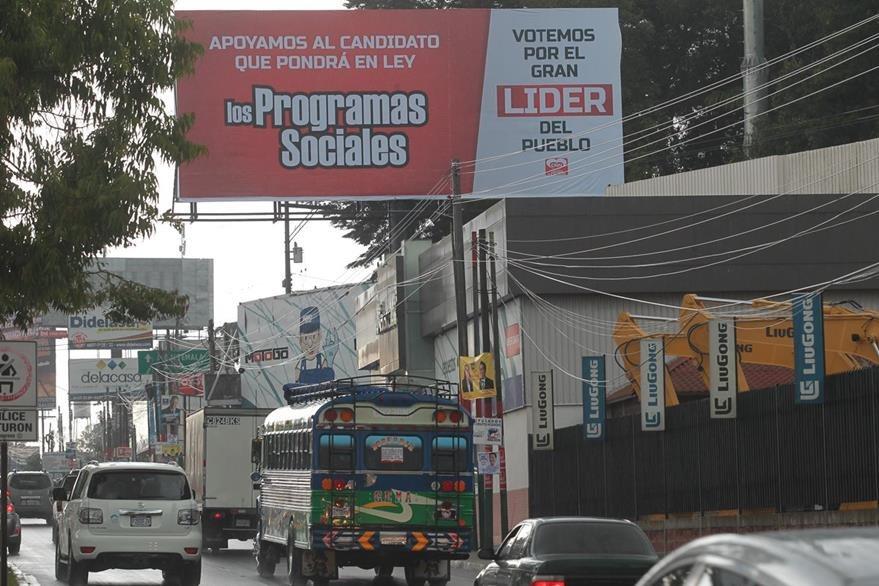 El partido pol'tico Coraz—n Nueva Naci—n CNN, ha colocado vallas con propaganda en apoyo al partido LIDER. Estas se encuentran ubicadas en la carretera hacia El Salvador.   FOTO:  çlvaro Interiano.   15/08/2015
