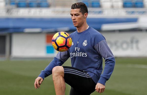 El portugués Cristiano Ronaldo trabajó por separado este viernes, pero está disponible para jugar el fin de semana. (Foto Prensa Libre: Real Madrid)