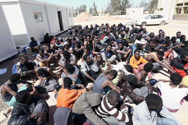 Un grupo de inmigrantes permanece en Misrata, Libia este miércoles. (Foto Prensa Libre: EFE).
