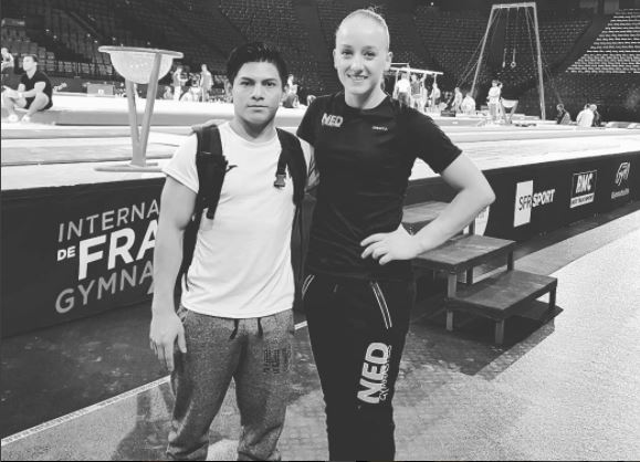 Jorge Vega por medio de sus redes sociales afirma que se siente motivado, al conocer gimnastas de gran nivel mundial. (Foto Prensa Libre: Instagram Jorge Vega)