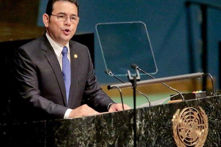 El presidente Jimmy Morales habla ante los participantes de asamblea extraordinaria. (Foto Prensa Libre: AFP)
