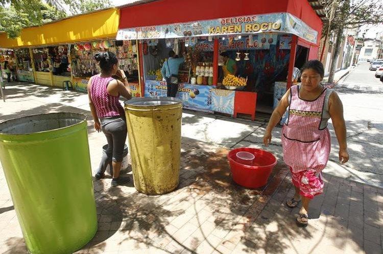 Los vendedores de ferias viven diversas experiencias en su trabajo. (Foto Prensa Libre).