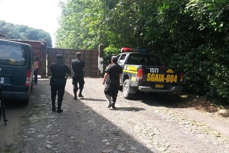 Agentes policiales allanan finca en el cantón Las Delicias, Colomba, Quetzaltenango. (Foto Prensa Libre:)