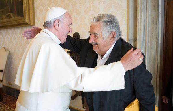 El papa Francisco abraza a José Mujica durante su encuentro hoy, en el Vaticano. (Foto Prensa Libre: AFP).