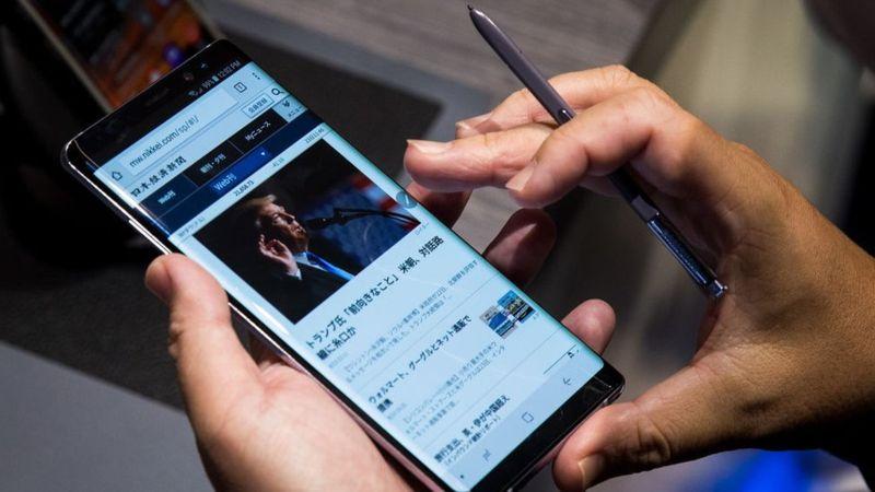 Con el Galaxy Note 8 se puede traducir textos poniendo el lapicero sobre un párrafo. DREW ANGERER